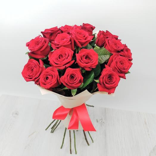 Красные розы в крафте: букеты цветов на заказ Flowwow
