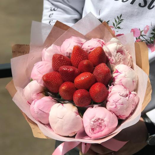 Букет пионов с клубникой. N433: букеты цветов на заказ Flowwow