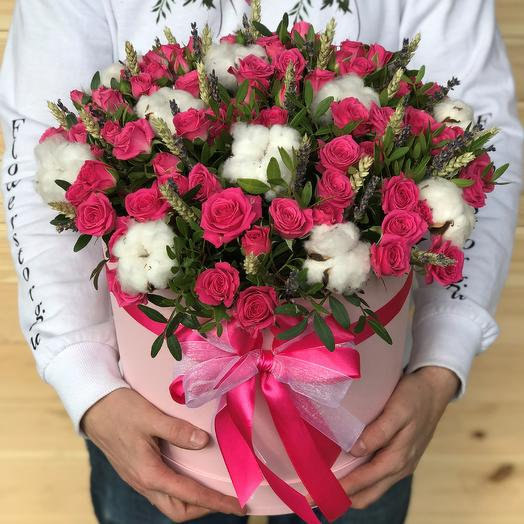 Коробки с цветами. Кустовые розы. Хлопок. Пшеница. N474: букеты цветов на заказ Flowwow