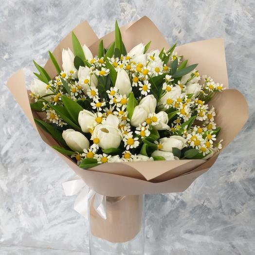 Букет из тюльпанов и ромашек: букеты цветов на заказ Flowwow