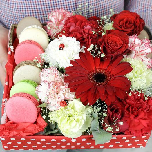 Коробка с макарунами. Гербера, розы и гвоздика
