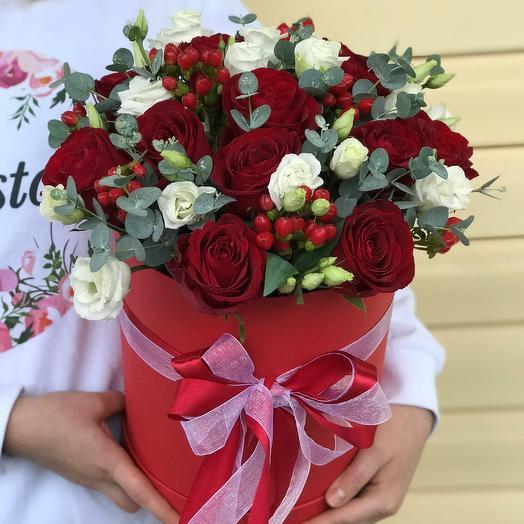 Коробки с цветами. Ягодный букет с красными розами и эустомой. N630: букеты цветов на заказ Flowwow