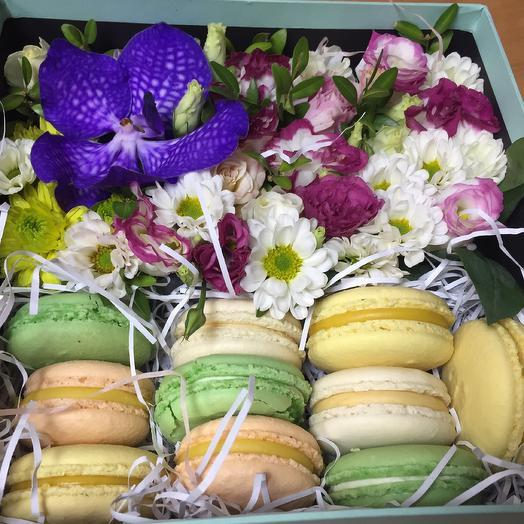 Коробка с цветами и макаруни