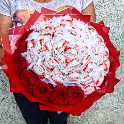 Букет из роз и раффаэлло (292)