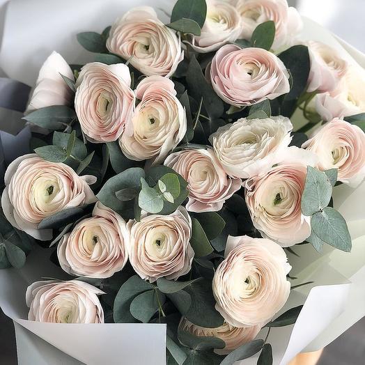 Бледно-розовые ранункулюсы и эвкалипт Лютики Букет из 19 ранункулюсов и эвкалипта Букет розовых лютиков Букет ранункулюсов