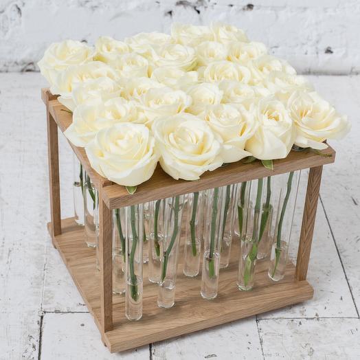 Букет белых роз в деревянном боксе и индивидуальных колбах