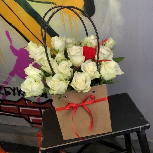 21 роза в сумке с топпером СЕРДЕЧКО 0001