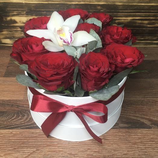 Коробочка с орхидеей и розами