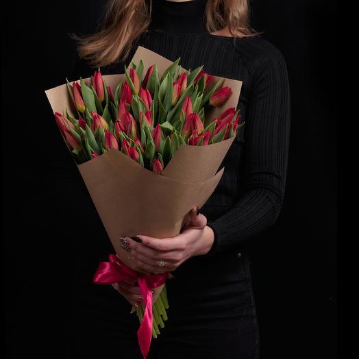 51 бордовый тюльпан в крафте с ленточкой