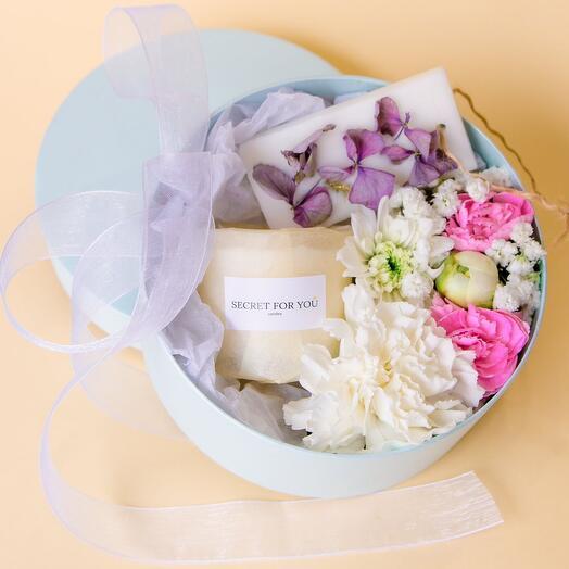 Коробочка с цветами и свечей