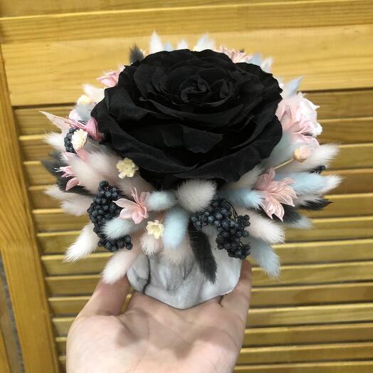 Кашпо с чёрной розой