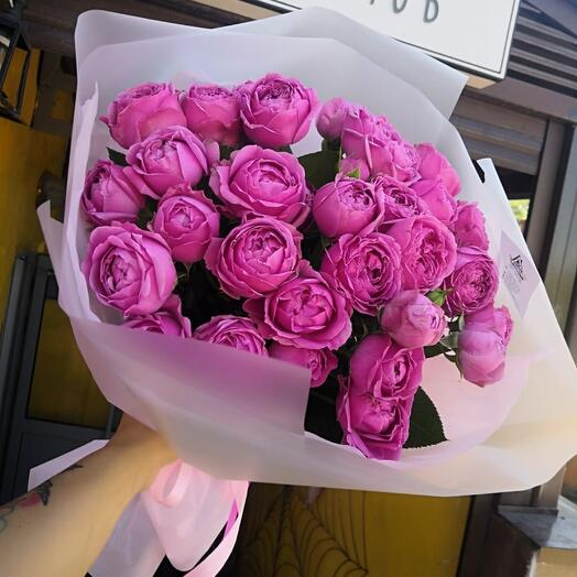 13 пионовидных роз