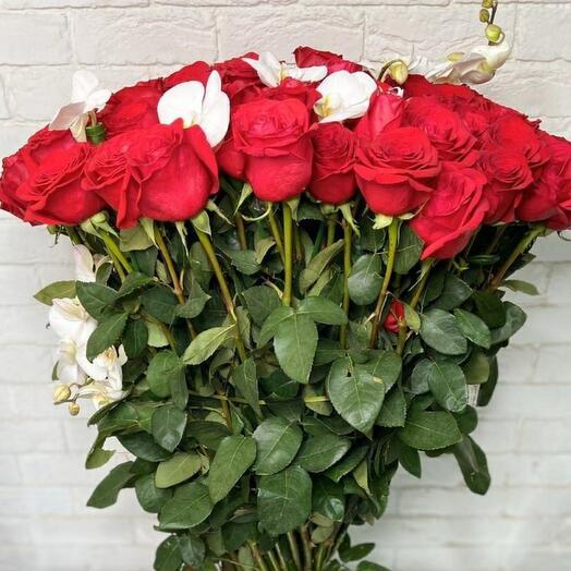 Алые розы с фаленопсисом