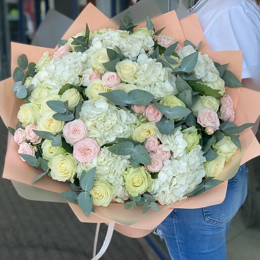 Сборный букет с гортензией и пионовидными розами