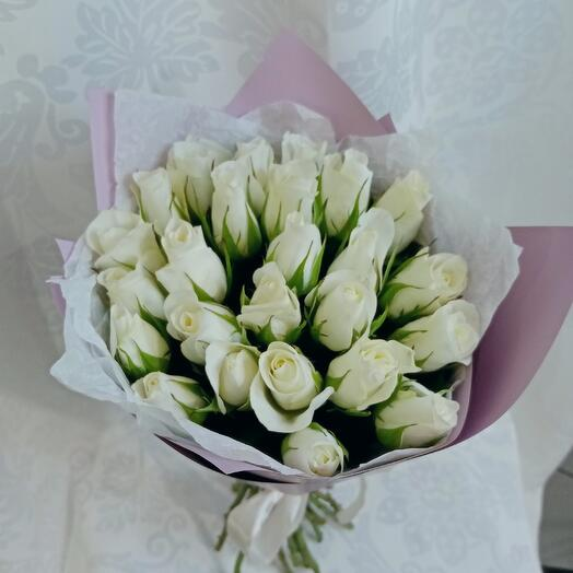 Букет из 25 белых роз в лавандовом
