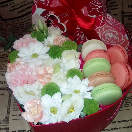 Нежная коробочка сердце с макарунами: букеты цветов на заказ Flowwow