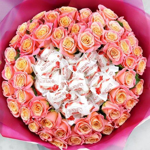Букет из 51 коралловых роз с конфетами Раффаэлло: букеты цветов на заказ Flowwow