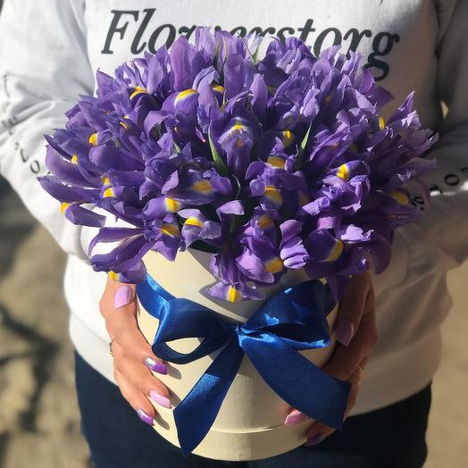 Коробка с цветами. Ирисы N372: букеты цветов на заказ Flowwow