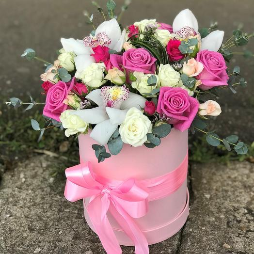 Коробки с цветами. Яркий букет с орхидеей и розами. N634: букеты цветов на заказ Flowwow