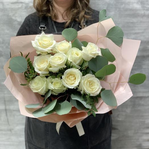 Букет белоснежных роз в стильной упаковке