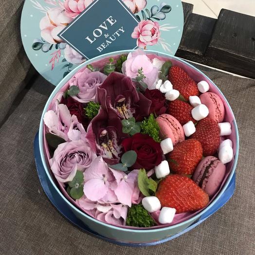 Нежная коробочка с цветами и сладостями