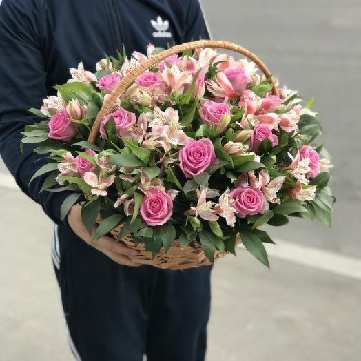 Корзина с розовыми розами и альстромериями «Синтия»