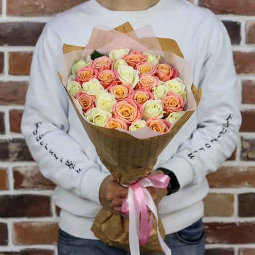 Букет из 29 белых и персиковых роз (50 см). N897