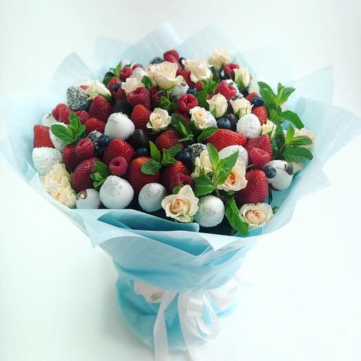 Букет из ягод с кустовыми розами