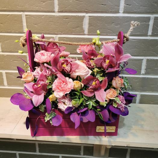 Ящик с орхидеей, розами и гвоздикой