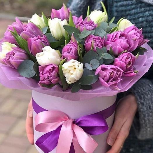 Коробочка с розовыми и белыми тюльпанами
