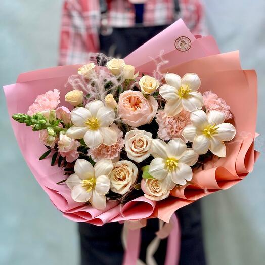 Букет с пионовидной розой и мраморными тюльпанами «Медовый персик 🍑
