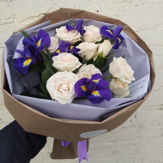 Букет из ирисов и кустовых роз