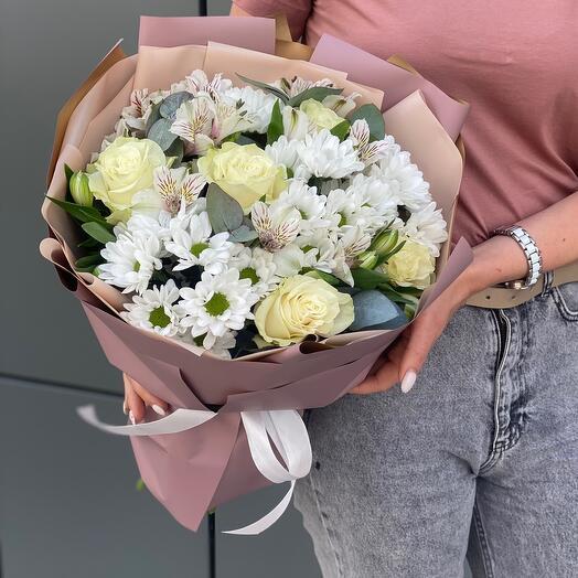 Букет Нежное прикосновение с белыми розами и хризантемами