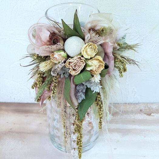 Стеклянная ваза с композицией