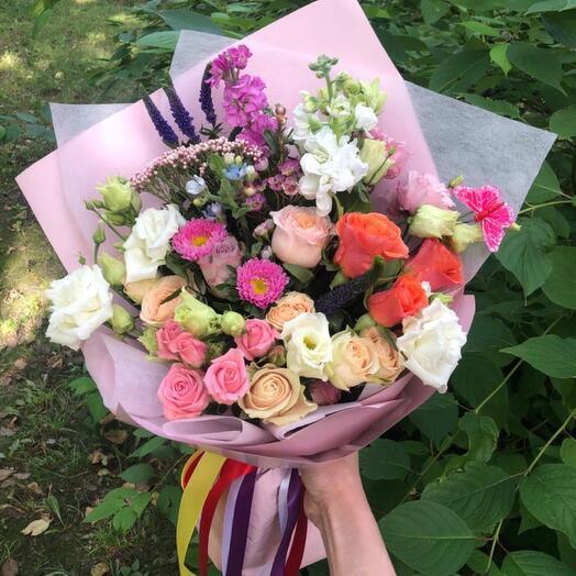 Радужный букет из роз и маттиолы