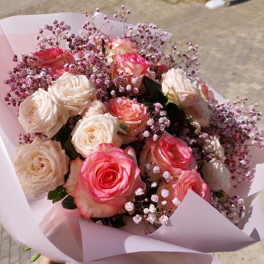 Букнт из роз и гипсофилы