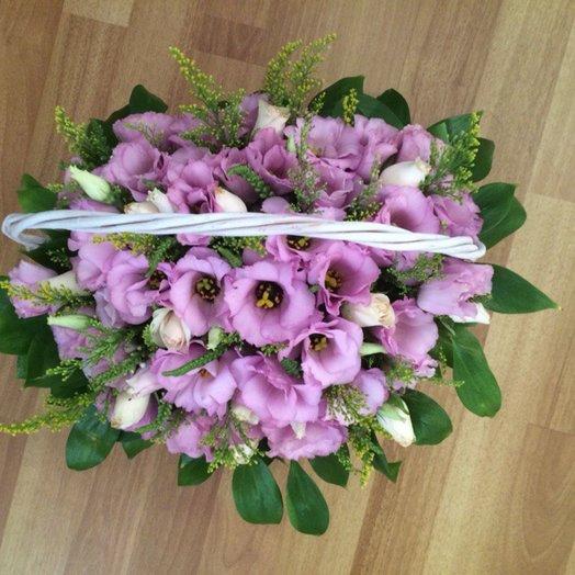 Корзинка c эустомой розами и зеленью: букеты цветов на заказ Flowwow