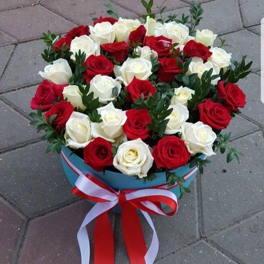 Коробочка с красными и белыми розами: букеты цветов на заказ Flowwow