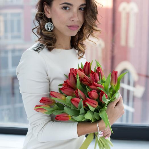 """Букет из 15 красных тюльпанов """"Стронг Лав"""""""