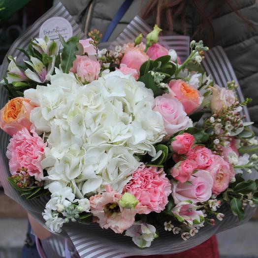 Букет с белой гортензией в упаковке: букеты цветов на заказ Flowwow