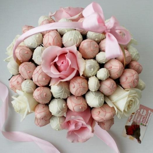 """Клубника в шоколаде с розами """" Розовая нежность"""" в корзинке: букеты цветов на заказ Flowwow"""