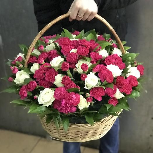 Корзина из роз и кустовых гвоздик: букеты цветов на заказ Flowwow