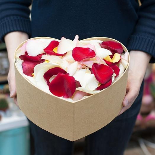 Лепестки роз в коробке сердцем
