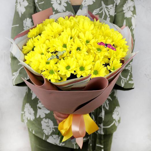 Букет из желтой хризантемы с бабочками