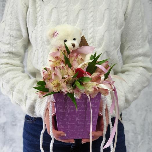 Композиция из альстромерии и милого медвежонка Нежность: букеты цветов на заказ Flowwow