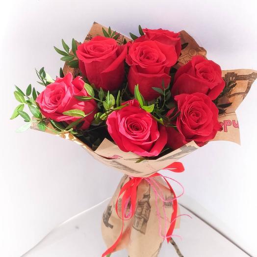Букет из 7 красных роз с зеленью