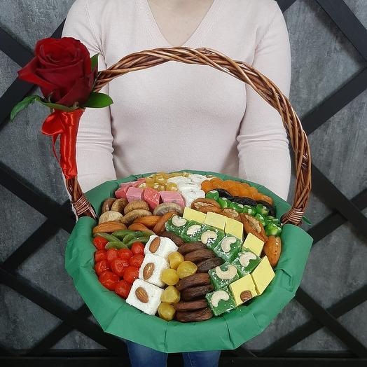 Сухофрукты и сладости в корзине