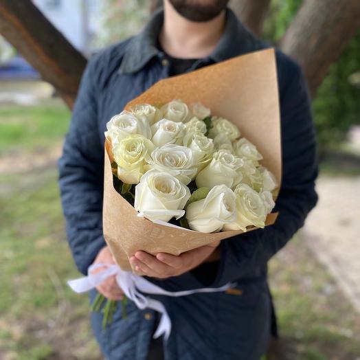 Букет белых роз в крафте