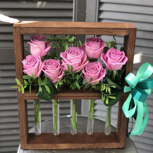 7 роз в деревянной рамке
