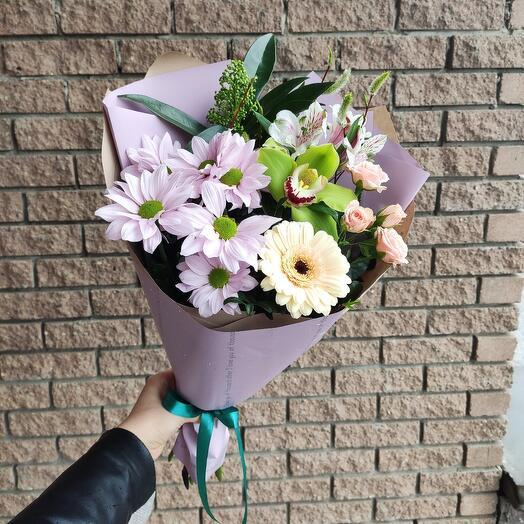 Нежный букет-комплимент с орхидеей